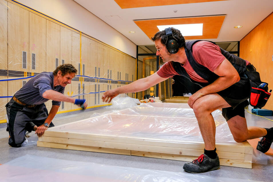 Gunnar Jörke und Hendrik Werrmann (re.) von der Firma Holzbau Sachse aus Berbisdorf beim Anfertigen von Modulen für einen Schutztunnel im ersten Bauabschnitt in der Grundschule Radeburg.