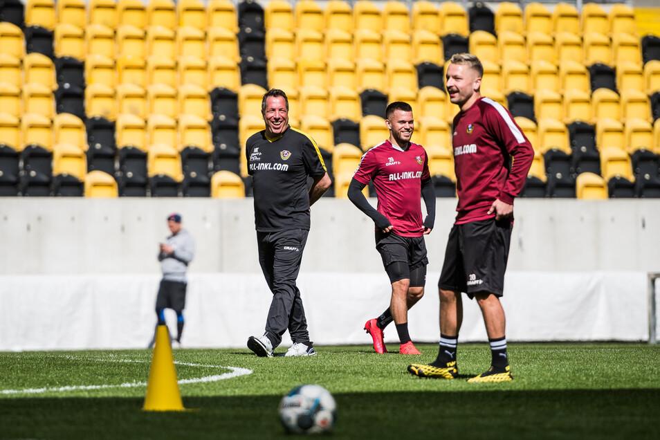 So sieht es derzeit auf Dynamos Zweitliga-Profis trainieren erstmalig während der Corona-Pandemie unter Ausschluss der Öffentlichkeit in Kleingruppen, im Bild: Cheftrainer Markus Kauczinski (links) neben Sascha Horvath (Mitte) und Patrick Ebert (rechts);