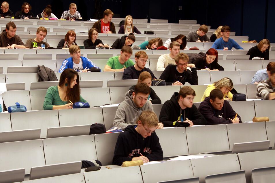 Die Zahl der Studenten an der Hochschule Zittau/Görlitz ist seit Langem wieder unter die 3 000-Marke gefallen. Kritisch sei das aber noch nicht, heißt es aus der Hochschulverwaltung.