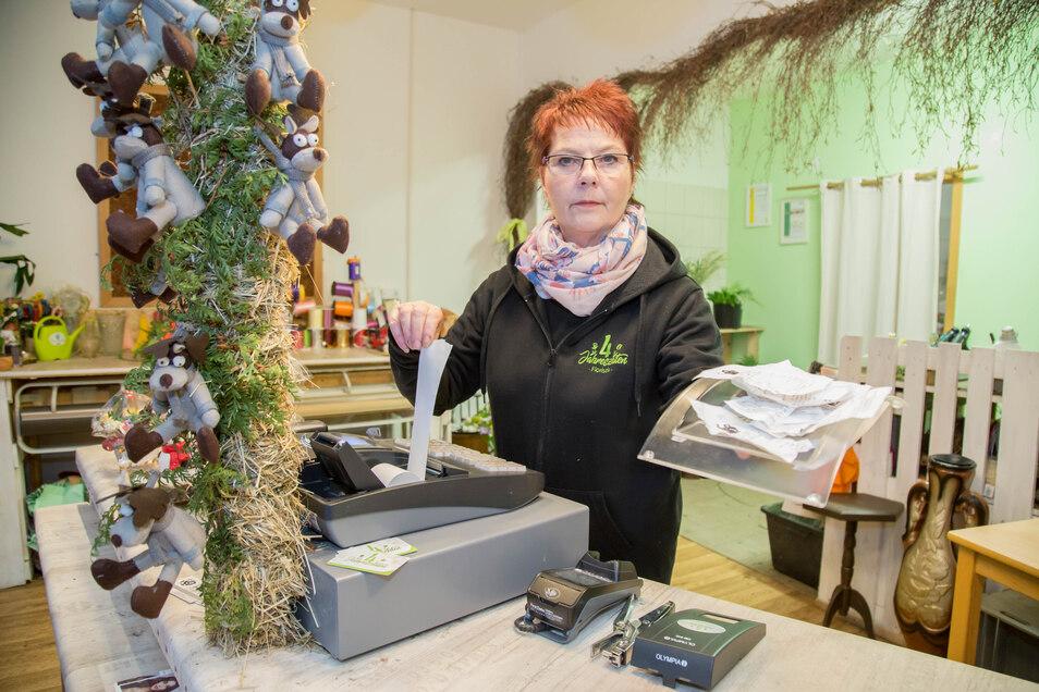 """Auch im Blumenladen """"Vier Jahreszeiten"""" im Nieskyer Gewerbegebiet ist man nicht erfreut über die neue Bonpflicht. Mitarbeiterin Martina Hilscher zeigt die liegengelassenen Bons."""