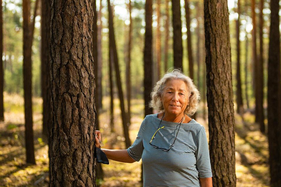 Waldbesitzerin Christina Schuster sorgt sich um ihre Bäume in Maukendorf bei Hoyerswerda. Das Grundwasser reicht nicht mehr bis an die Wurzeln.