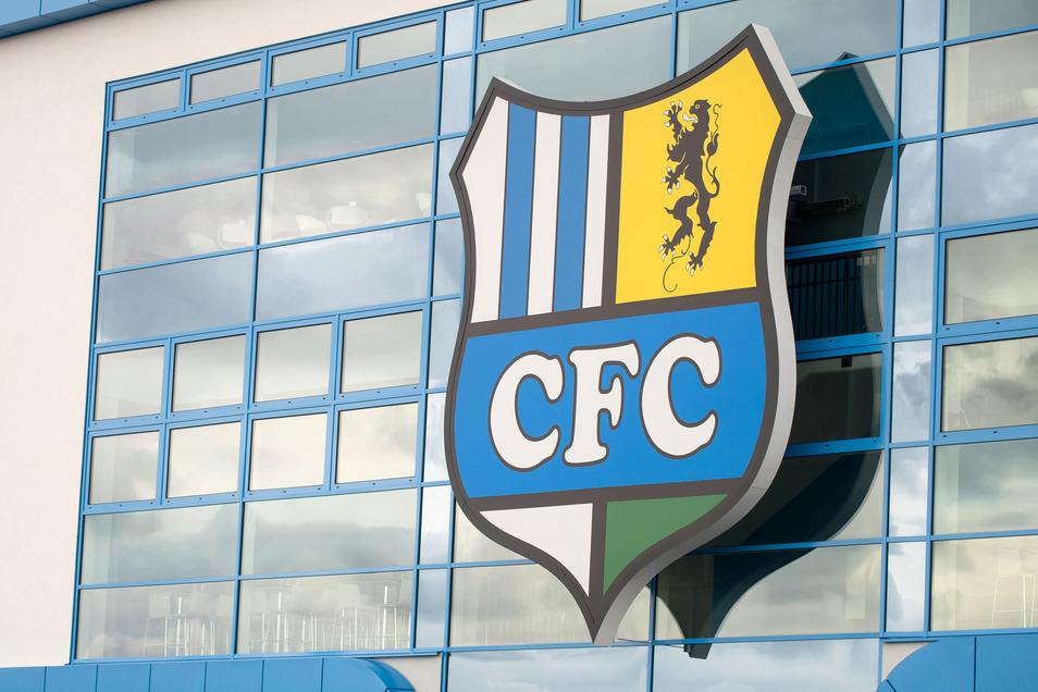 Vereinslogo am Stadion in Chemnitz.