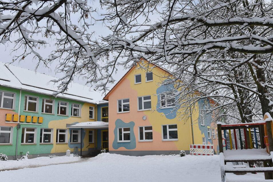 Ein Blick auf die Grundschule in Reichstädt, wo die Kinder derzeit im Heim-Unterricht betreut werden. Die Schüler der vierten Klasse haben dennoch die Noten beisammen für die Bildungsempfehlung.