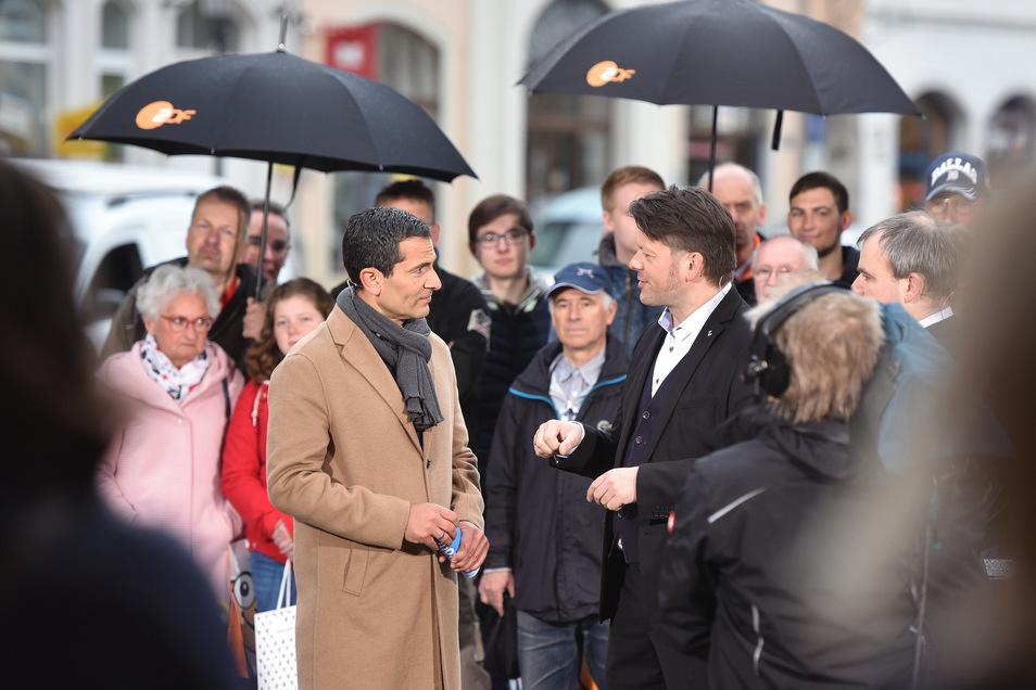 """""""Cool tun"""": Mitri Sirin mit Oberbürgermeister Thomas Zenker beim Gespräch im Regen."""