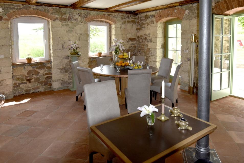 Im Erdgeschoss des ehemaligen Gasthofes zur Silbertalsperre Rennersdorf hat René Kuhnt schon in liebevoller Handarbeit altes Mauerwerk freigelegt und konserviert, neue Fenster eingebaut und Boden verlegt. Eine richtige Gaststube will er aber nicht betreib