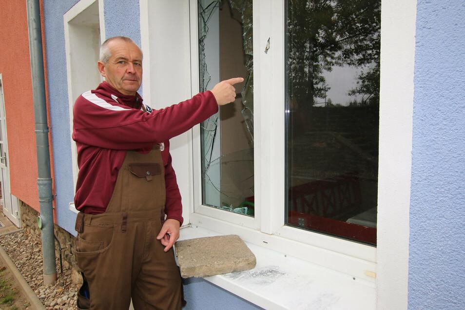 """Hausmeister Andreas Kügler zeigt auf die kaputte Fensterscheibe. Einbrecher sind in der Nacht zum Dienstag in den """"Checkpoint"""" Massanei eingestiegen. Die vorübergehende Schließung des Treffs hat damit aber nichts zu tun."""