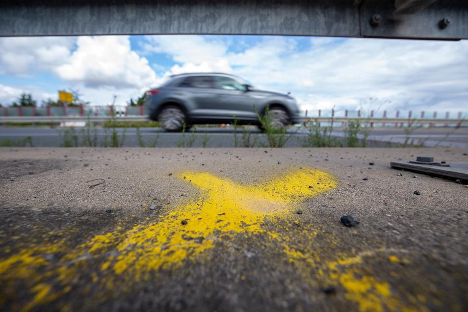 Im Landkreis Sächsische Schweiz-Osterzgebirge wird an etwa 120 Stellen der Verkehr gezählt. Sie sind mit solchen gelben Kreuzen markiert.