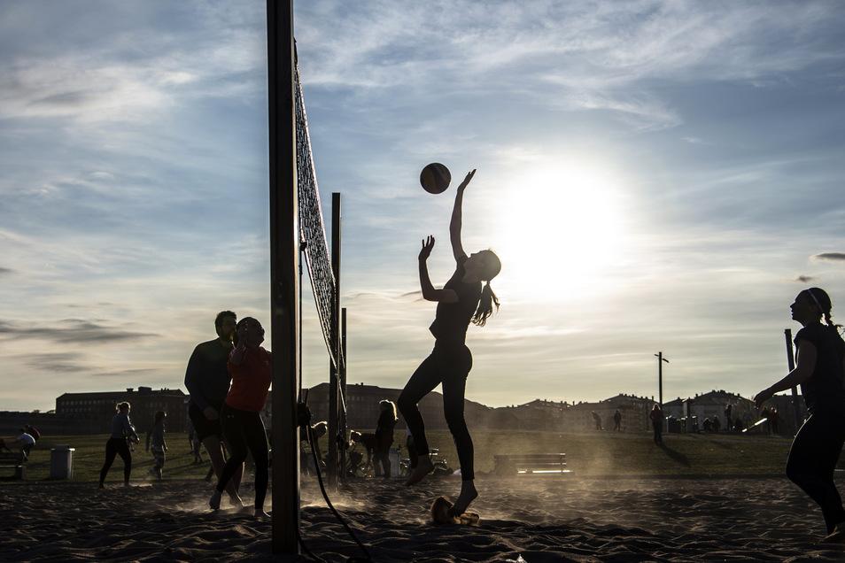 Ende April in Stockholm: Die Menschen spielen Beach-Volleyball im Park, während der Rest Europas aufgerufen ist, zu Hause zu bleiben.