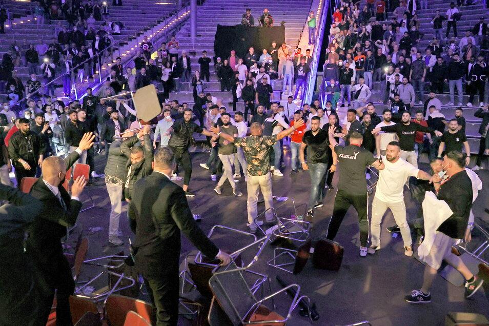 Ausschreitungen haben in der Nacht zum Sonntag den WBA-Schwergewichts-Boxkampf um den Inter-Kontinental-Titel zwischen Agit Kabayel und dem Amerikaner Kevin Johnson in Magdeburg überschattet.