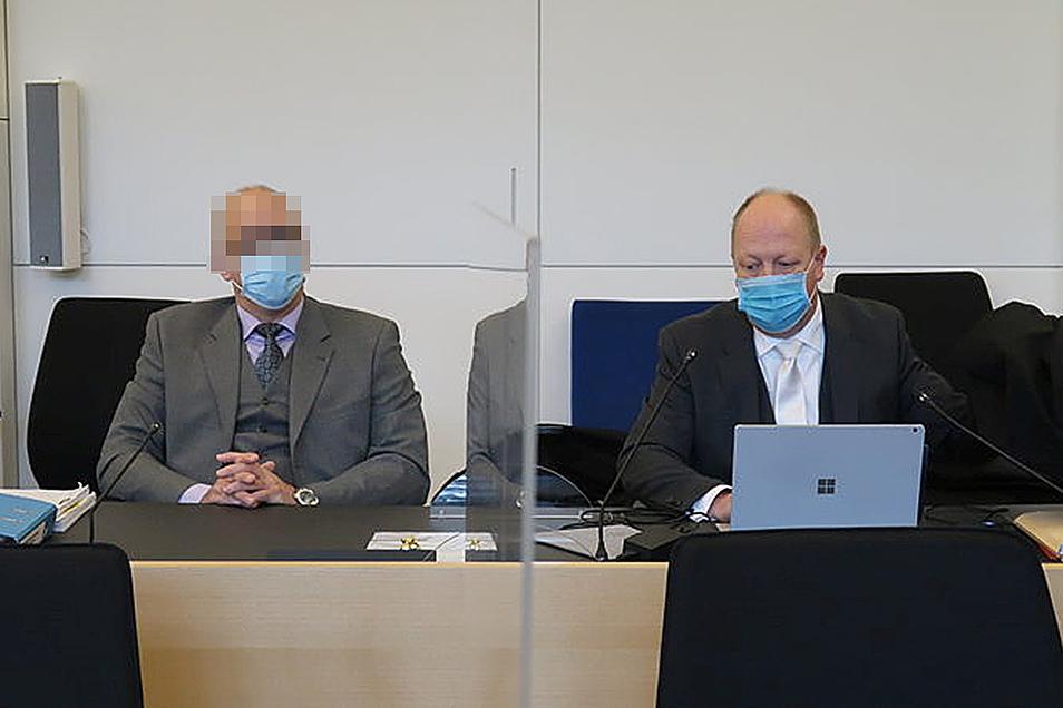 """Markus B. (l.) soll als Oberarzt einen Patienten getötet haben, sein Verteidiger Rolf Franek nennt die Vorwürfe der Staatsanwaltschaft """"absurd"""". Der Prozess hat jetzt am Landgericht Dresden begonnen, elf Jahre nach der vermeintlichen Tat."""