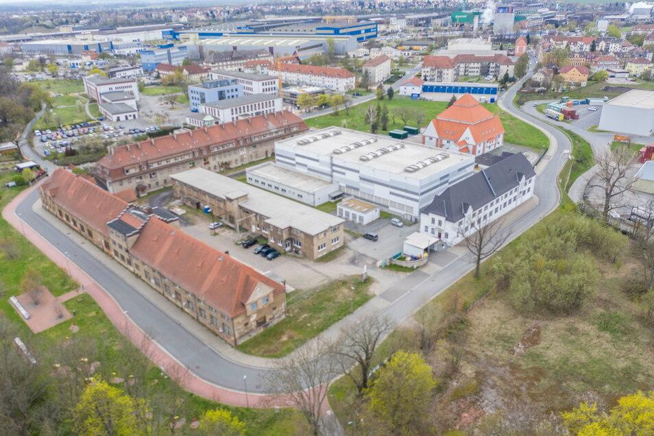 Der ehemalige Rittergutskomplex in Gröba: Zumindest ein Teil der Gebäude an der Elbstraße (vorn links) könnte bald als Jugendbauhütte genutzt werden.