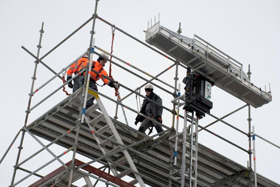 Der Liftbot befördert Gerüstbaumaterial wesentlich schneller nach oben, als es mit menschenhand möglich ist.