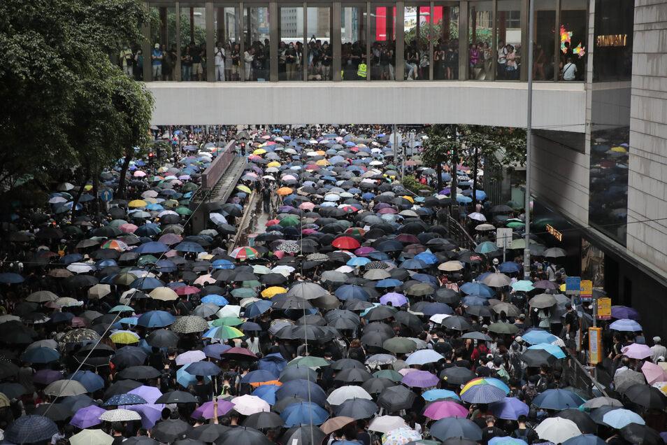 Der Tag hatte mit einem Marsch von Tausenden begonnen.