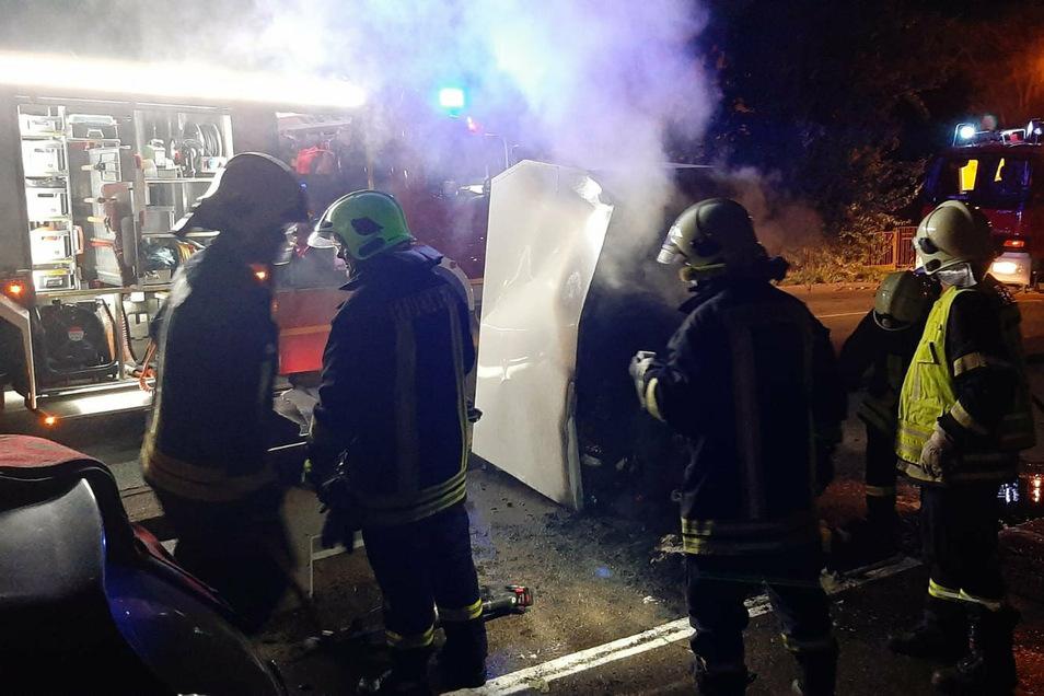 An der Bahnhofstraße in Riesa brannte in der Nacht zu Donnerstag ein Altkleidercontainer.