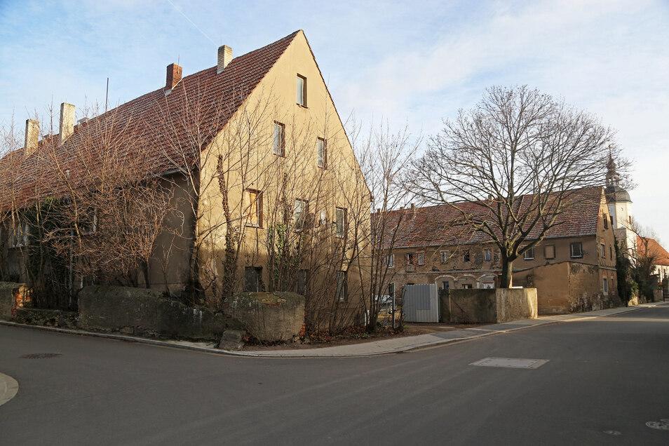In der Kirchstraße 23 im Stadtteil Riesa-Gröba befindet sich, gut versteckt, am Wohnhausgiebel des ehemaligen Zimmermannschen Gutes eine Schrifttafel im Gedenken an die Feuersbrunst von 1813.Efeu rankt sich um die Tafel...