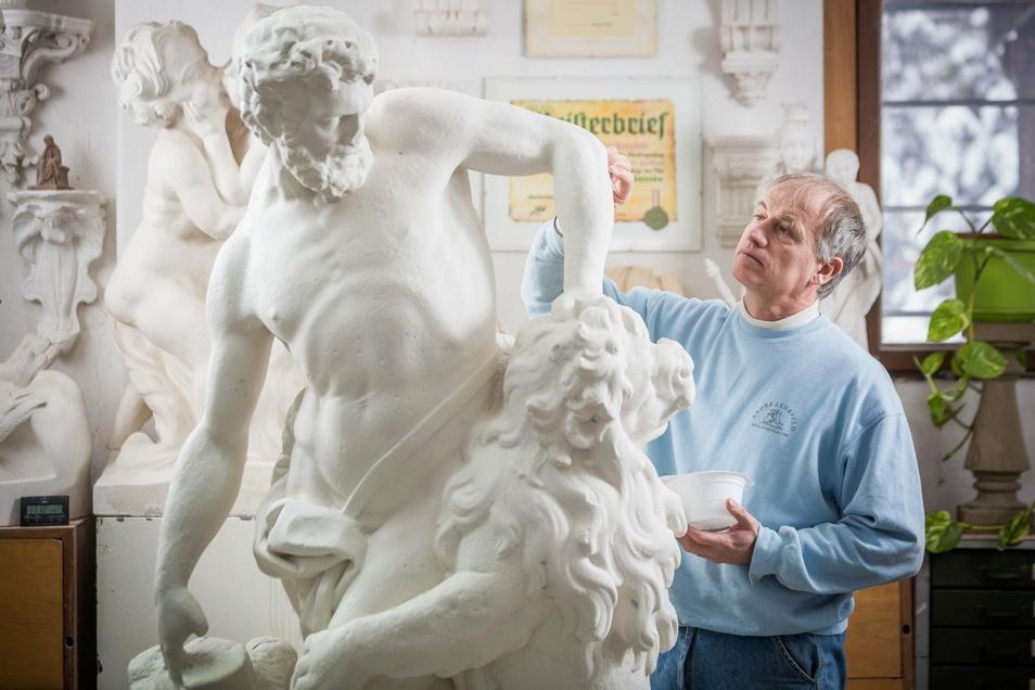 Kunstformer André Zehrfeld vor der Kopie des Milon von Kroton. Die Skulptur wird im Frühjahr im Großen Garten in Dresden aufgestellt.