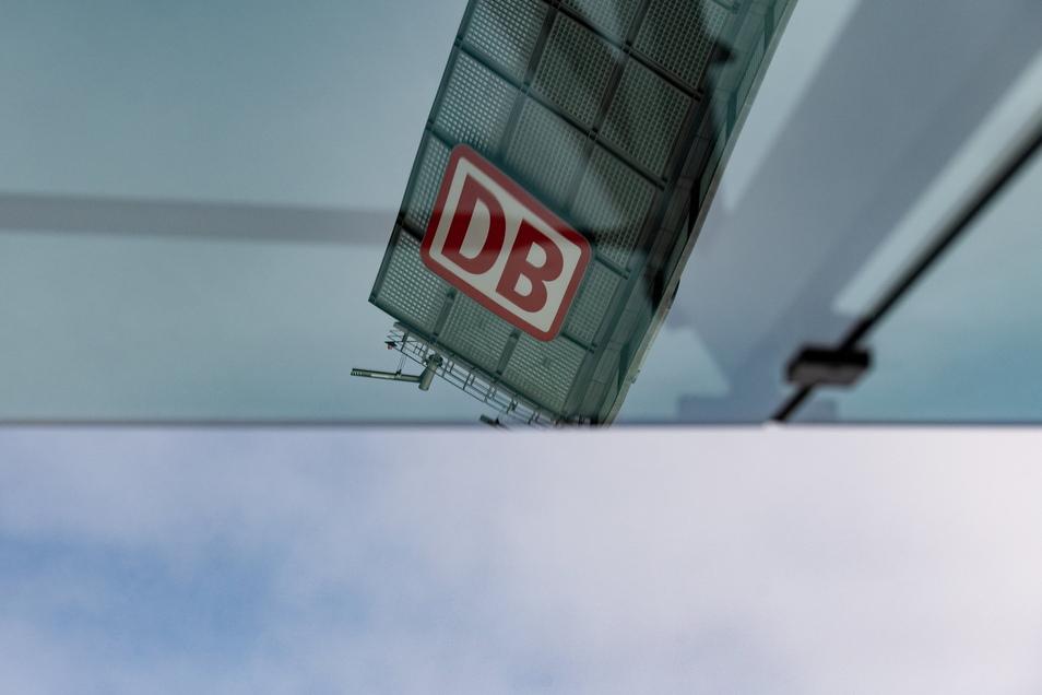 Das Logo der Deutschen Bahn (DB) spiegelt sich am Hauptbahnhof in Berlin in einer Glasfassade. Die Lokführergewerkschaft GDL streikt seit Donnerstag, 2 Uhr im Personenverkehr.