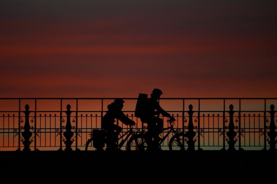 Fahrradfahrer auf der Dresdner Albertbrücke: Das Rad ist in der Corona-Krise als Verkehrsmittel noch beliebter geworden.