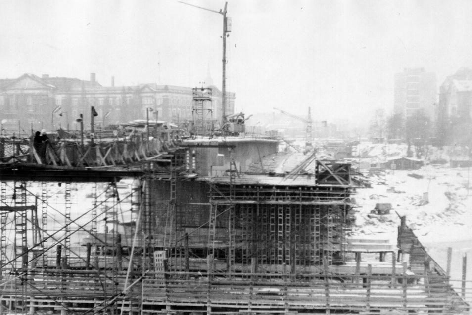Auf der Neustädter Seite nimmt die erste Brückenrampe 1968 sichtbare Konturen an.