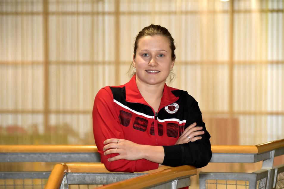 Wasserspringerin Tina Punzel spendet 1.000 Euro an ihre Physiotherapie.