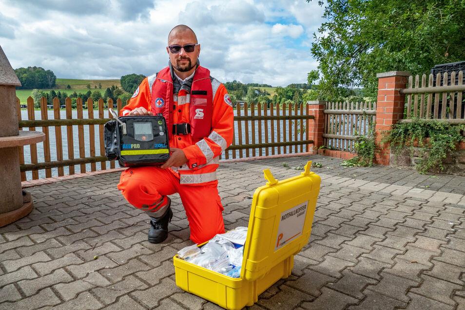 Schichtbeginn: Jens Krause kontrolliert Notfallkoffer und Defibrillator auf Vollständigkeit und Funktionsfähigkeit.