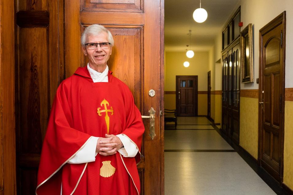 Der katholische Priester Alfred Hoffmann ist leidenschaftlicher Jakobspilger. Am kommenden Sonntag trägt er sein rotes Gewand mit Pilgerkreuz und Jakobsmuschel.