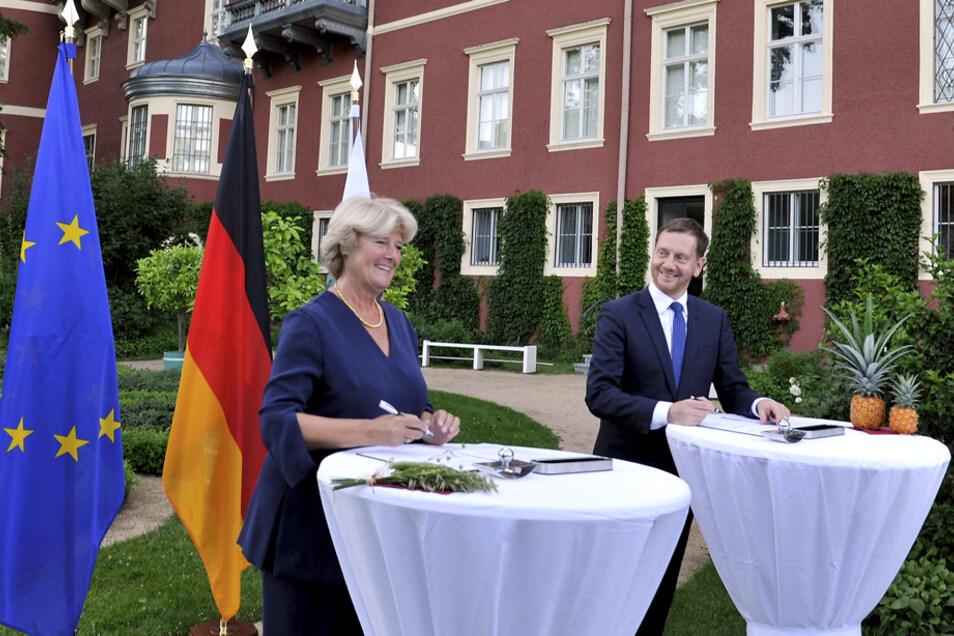 Die Kulturstaatsministerin des Bundes, Monika Grütters, und Sachsens Ministerpräsident Michael Kretschmer unterzeichneten gut gelaunt im Schlossgarten Bad Muskau das Finanzierungsabkommen bis 2024.