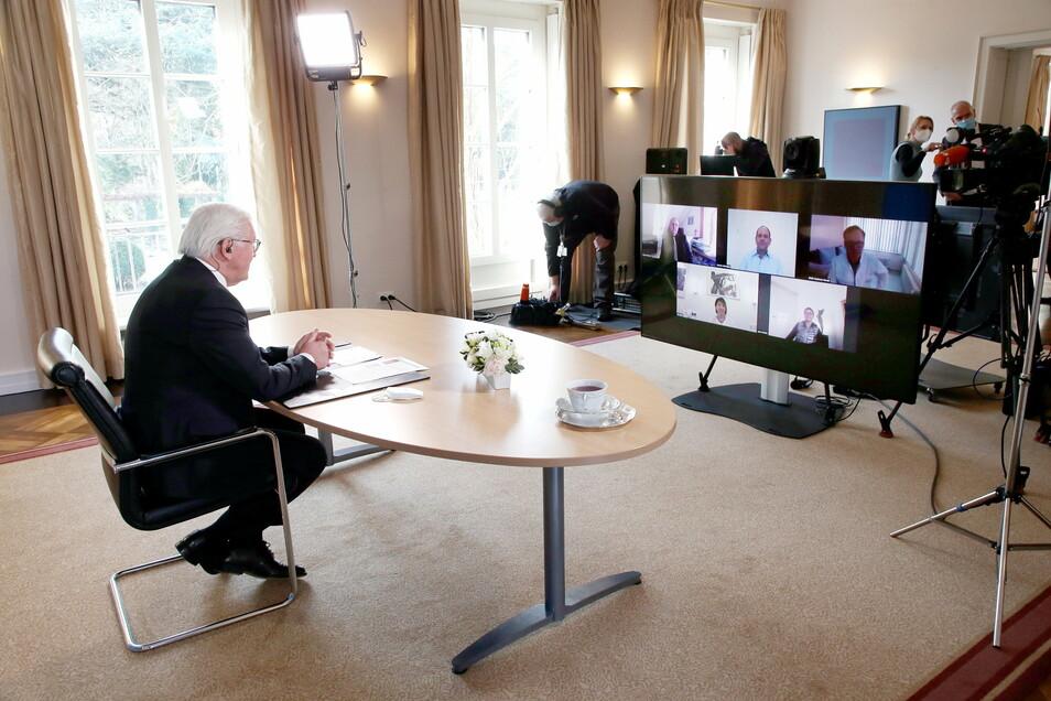 Bundespräsident Frank-Walter Steinmeier (l) fragte vier im sächsischen Gesundheitswesen Beschäftigte und einen Bestatter am Donnerstag in einer Videoschaltkonferenz nach ihren Erfahrungen.
