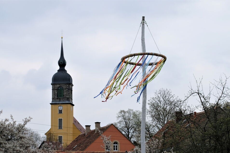 Ein Maibaum steht erstmalig in Röhrsdorf.