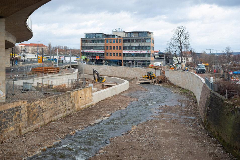 Im Normalfall fließt die Weißeritz nur auf der rechten Seite. Schwillt der Fluss an, läuft das Wasser über die Mittelmauer und kann sich so besser verteilen.