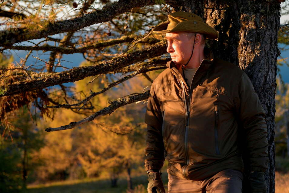 Lässig an einen Baum gelehnt, präsentiert sich Wladimir Putin, Präsident von Russland, während eines Kurzurlaubs in einem Wald in der Region Amur.