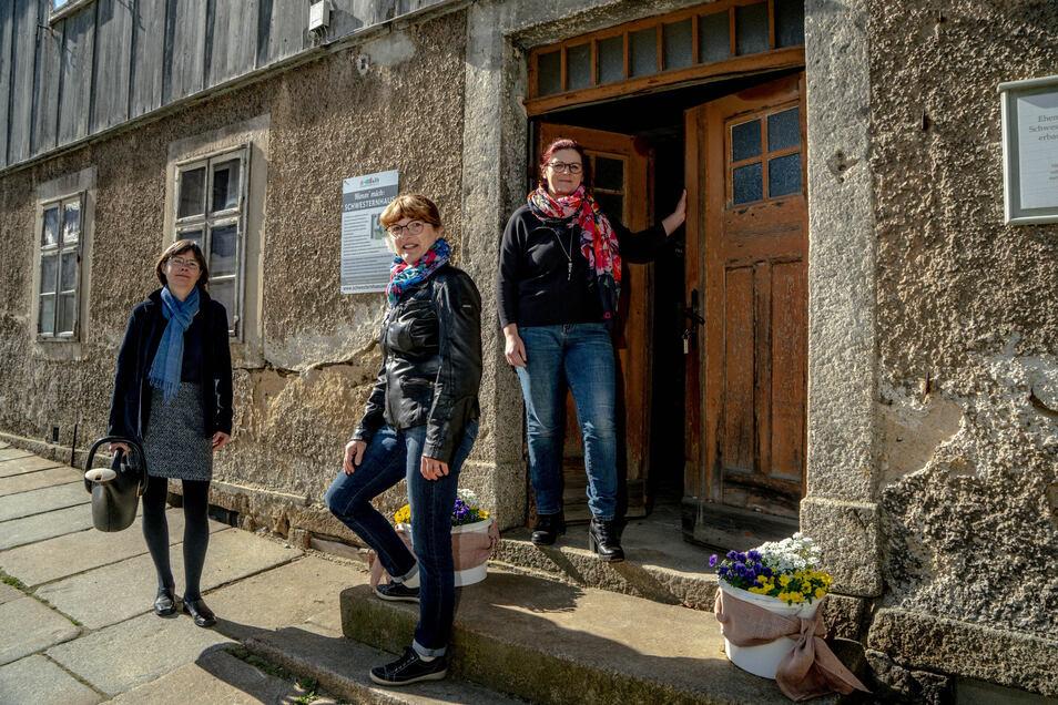 Dorit Kumpe, Ines Seeliger und Katrin Böhme (von links) wollen das Ensemble der Schwesternhäuser in Kleinwelka neu beleben.