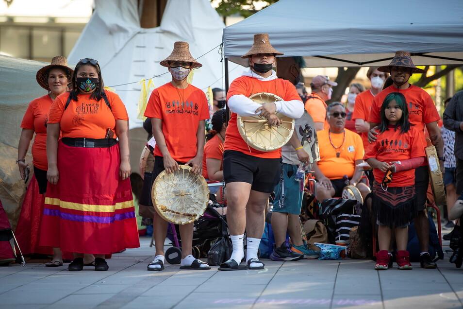 Menschen hören in Vancouver während einer Zeremonie und Mahnwache für die 215 Kinder zu, deren Überreste in der ehemaligen Kamloops Indian Residential School begraben wurden.