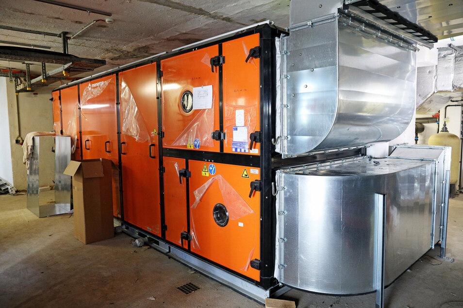 Die Technik im Untergeschoss wurde komplett ausgetauscht. Die neue Lüftung soll dafür sorgen, dass im Bad die Luftfeuchtigkeit geringer ist.