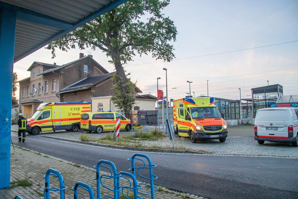Notarzt und Rettungsdienst übernahmen die medizinische Erstversorgung der von einem Stromschlag schwer verletzten Jugendlichen.