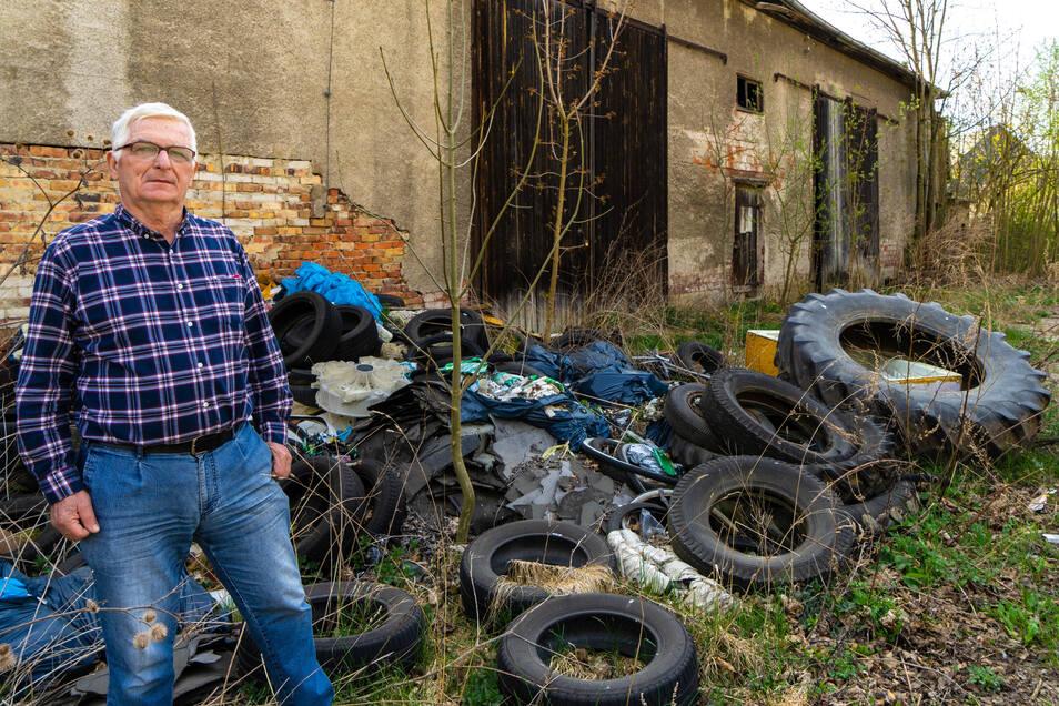 Die illegalen Müllhalden im Rittergut in Halbendorf wachsen ständig. Werner Thomas ist hier aufgewachsen. Der Zustand des Anwesens ärgert ihn.
