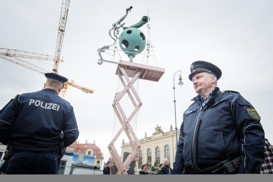 """Polizisten stehen 2017 während der Präsentation des """"permanenten Neuanfangs"""" auf dem Neumarkt."""