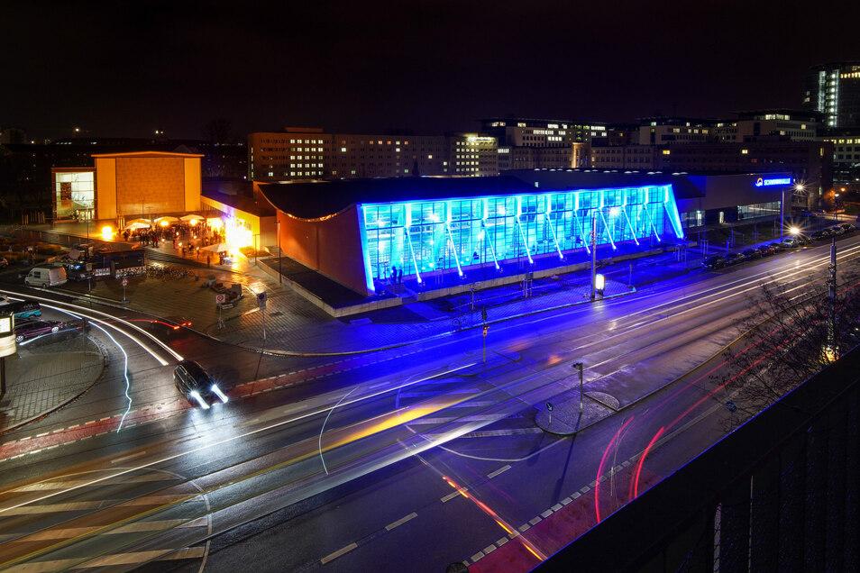 Zur Eröffnungsfeier am Montag wurde die sanierte Halle blau angestrahlt.