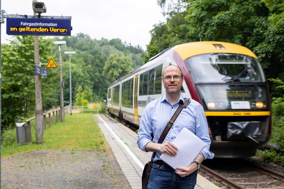 Christian Schlemper vom Verkehrsverbund Oberelbe (VVO) am Haltepunkt Oberschlottwitz. Dieser gehört zu jenen, die noch nicht barrierefrei umgestaltet wurden.