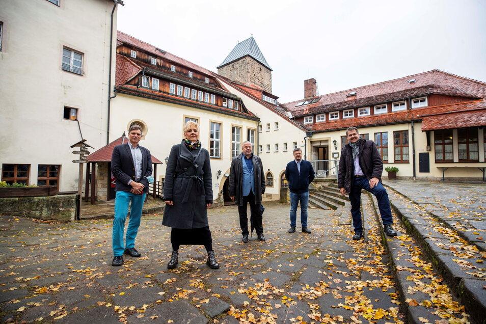 Die Landtagsabgeordneten Thomas Löser und Ines Kummer, Landrat Micheal Geisler, Burgchef André Häntzschel und Bürgermeister Daniel Brade (v.l.n.r.).