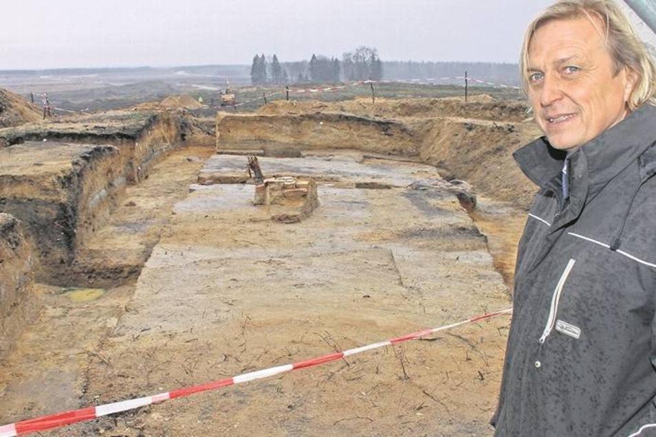 Hier wurde der Chinesische Turm nachgewiesen. Grabungsleiter Peter Schöneburg steht am Rand der Ausgrabungsstätte im Tagebauvorfeld Nochten. Fotos: Jens Trenkler; Vattenfall