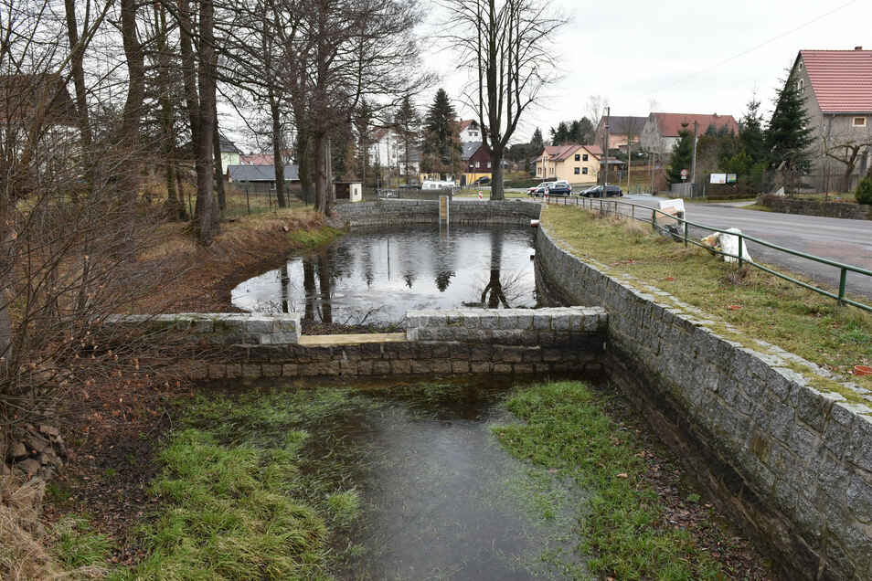 Der obere Dorfteich Hirschbach (250 Kubikmeter Fassungsvermögen) wurde 2019/2020 von der Stadt saniert. Nun wartet die Feuerwehr auf Regen.