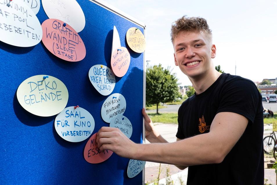 Alexander Rueth ist Bufdi in der Rabryka. Hier heftet er gerade eine neue Aufgabe fürs Fokus-Festival an die Wand.