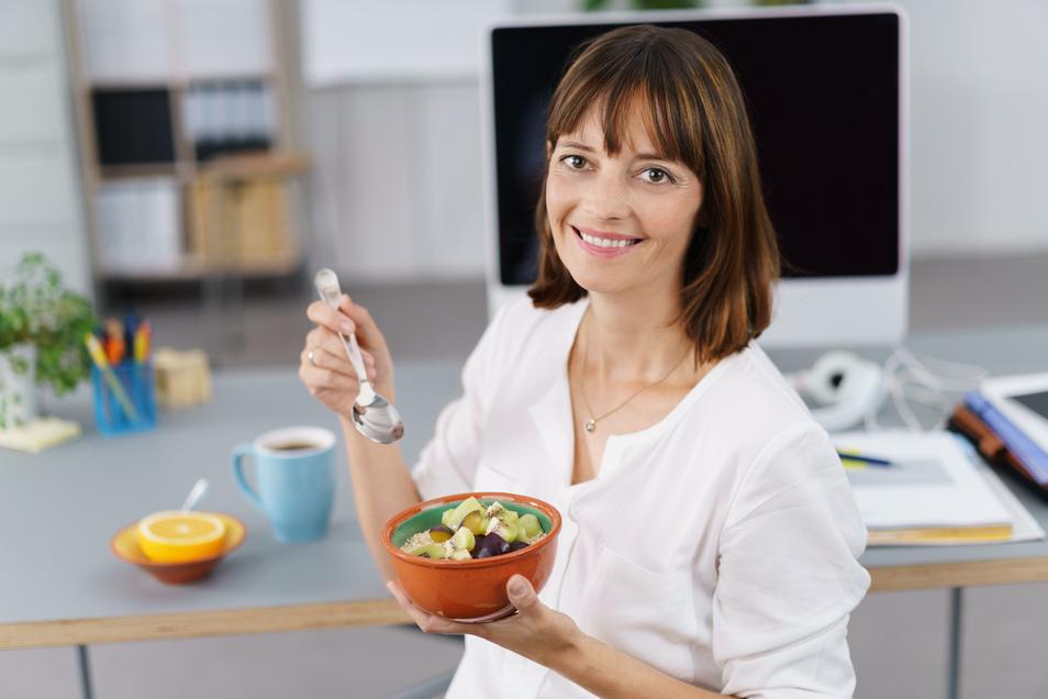 Leichte Mahlzeiten geben Schwung für die Arbeit, belasten den Körper aber nicht. Vor allem, wer wenig Bewegung hat, sollte darauf achten.