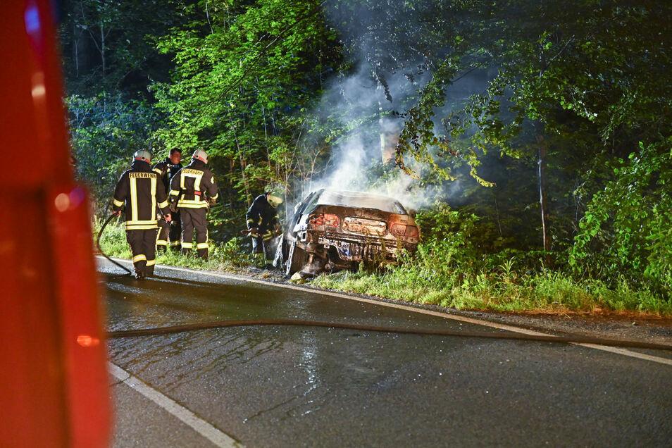 Der Honda brannte nach dem Unfall völlig aus.