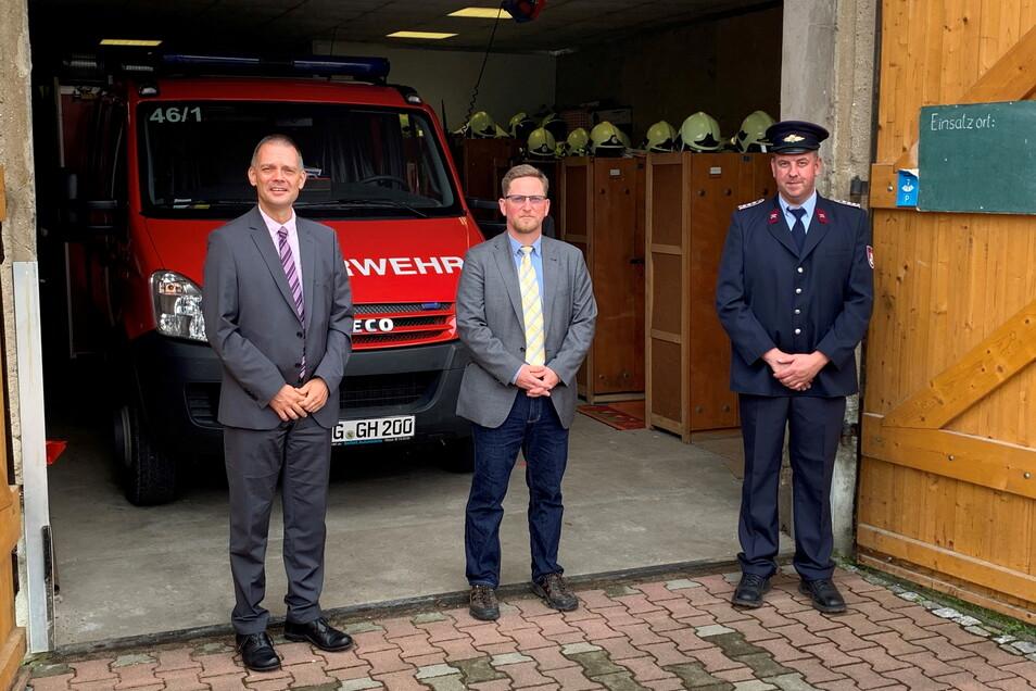 Der Brandschutz klappt: Landrat Ralf Hänsel, Hirschsteins Bürgermeister Conrad Seifert und Andreas Voigt, Ortswehrleiter der Ortswehr Mehltheuer (von links), an der alten Feuerwehr in Mehlteuer.