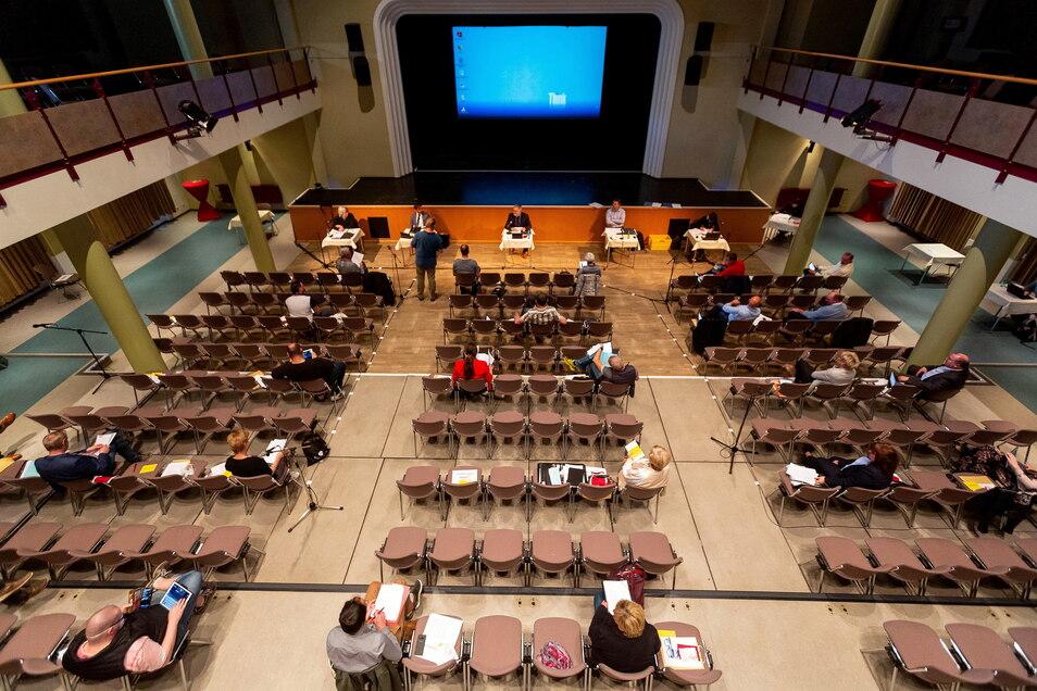 Viel Freiraum: Freitals Stadträte tagen in der Corona-Zeit im Kulturhaus, weil es im Ratssaal zu eng zugeht.