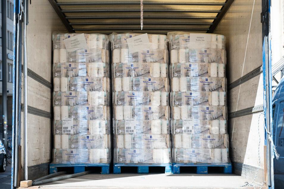 In einem Lastwagen stehen mehrere Paletten Toilettenpapier: Zu Beginn der Corona-Krise kam es zu Hamsterkäufen.