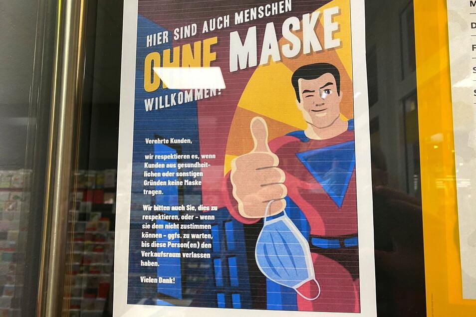 """""""Hier sind auch Menschen ohne Maske willkommen"""", steht auf dem Plakat am Postshop im Zittauer Rewe-Markt. Der gehört Mario Hauptmann und zeigt seine Sicht auf die Corona-Maßnahmen."""