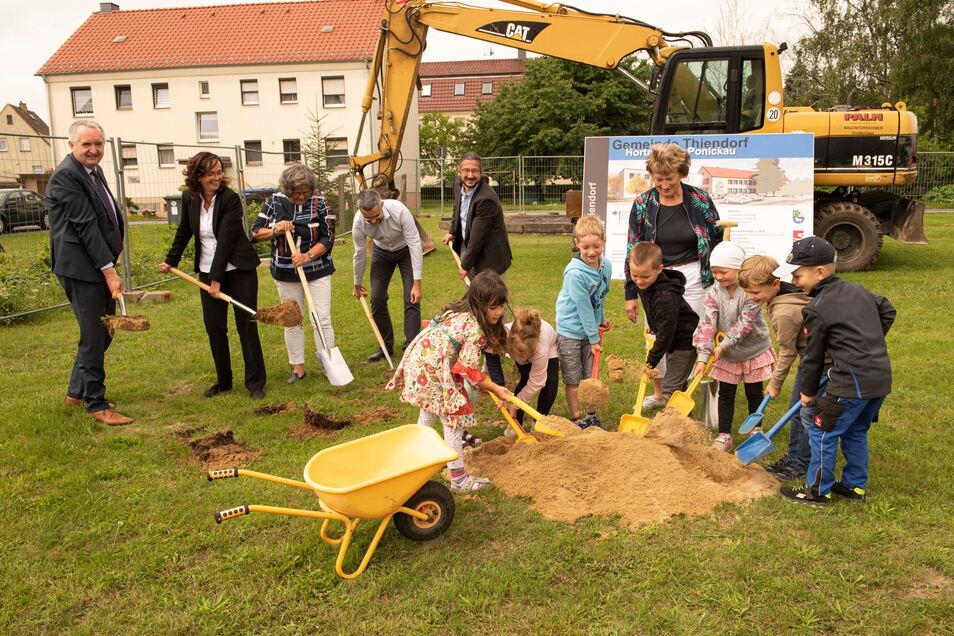 Nach dem Spatenstich im Juli (Foto) geht es mit den Bauarbeiten am Hortgebäude in Ponickau zügig voran.